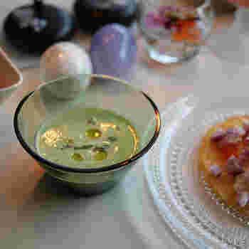 ガラスのお皿も光を通したり光を反射して料理が明るく見える傾向にあるそうです。夏は涼しげに見える効果もありますね。