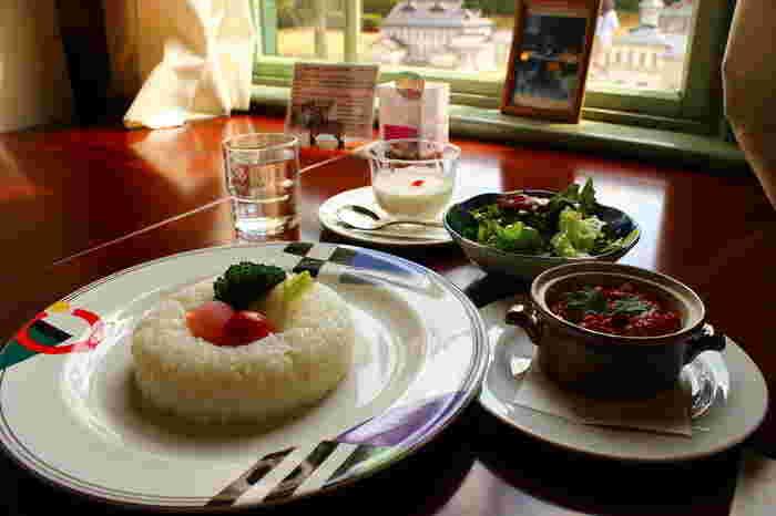 ランチは、ミートライスやお箸でたべる「フランス膳」など。りんごのスイーツも充実しており、リンゴのシャーベット・リンゴの大福・リンゴのケーキがセットになった「弘前りんごづくしセット」はおすすめです。