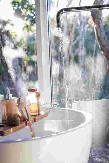 ついつい忙し買ったり、一人暮らしでお湯を張るのを避けていたりしませんか? 湯船にゆったりとつかることで体もポカポカに温まります。体が温まった状態で布団に入れば、すっと眠りにつけますね。