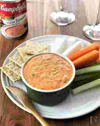 カニ缶、クリームトマトの濃縮缶スープにクリームチーズなどで作る風味の良いクリーミーディップ。にんじん、大根、セロリ、クラッカーにつけていただく、見た目もオシャレで作り方も火を使わずに混ぜるだけの簡単で美味しいレシピは、おつまみとしてだけでなくサラダ感覚でいただいても良さそう。