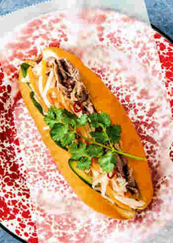 ベトナムで人気のサンドイッチ「バインミー」。牛肩ロース、大根、人参、ライム、ナンプラーなど、肉と野菜もしっかりとれて◎。エスニック料理が好きな方にとくにおすすめです。