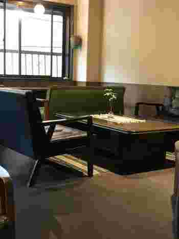 ゆったりソファが配置された2階席。駅近ですが大通りから離れているので、意外と空いている穴場カフェなんですよ。