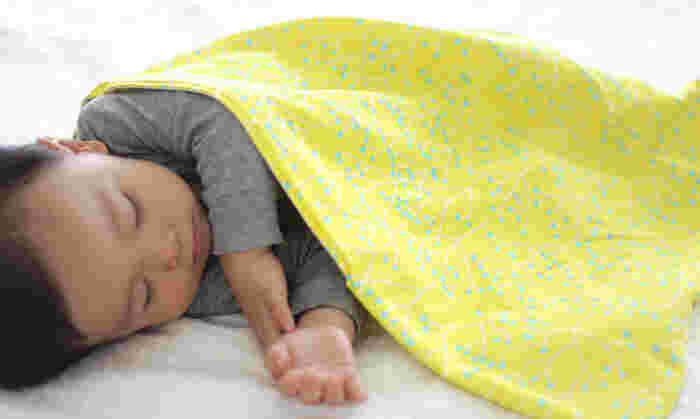 75センチという使いやすい大きさのおくるみは、少し大きくなった赤ちゃんのおひるね用肌掛けにもぴったりです。たたむと薄くなるので、カバンの中に忍ばせておくとちょっと下に敷いたり、ベビーカーのひざ掛けとして使ったりと便利に使うことができます。