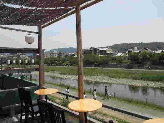 5月から9月には、テラス席で鴨川の夏の風物詩「納涼床」を楽しむこともできるんです。