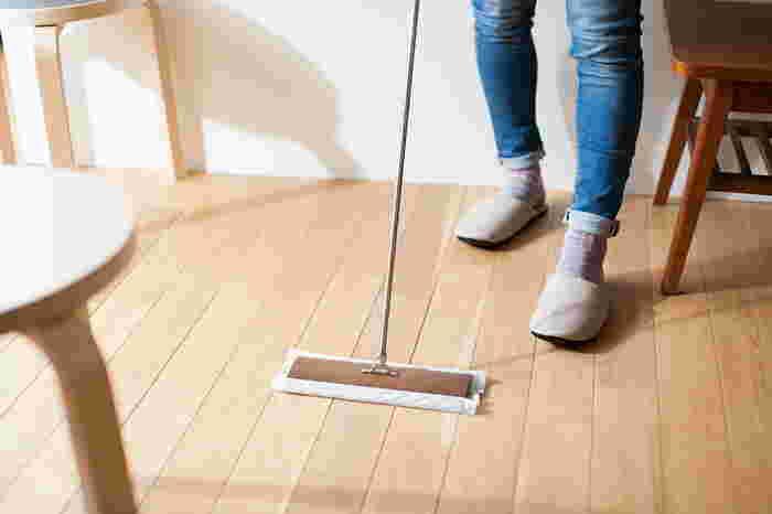 掃除機だとわざわざ掃除している感じがしますが、フローリングワイパーなら気軽にできますよね。たとえば、リビングに散らかっている雑誌や衣類、子どものおもちゃなどを片付けるついでに、フローリングワイパーで床掃除をささっとすませてしまいましょう。片付けで歩きまわるついでに床もキレイになりますよ。