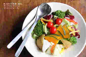 サラダに、サービスフォーク&スプーンを添えれば、いつものおうちごはんがカフェメニューのよう!