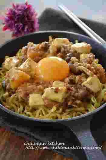 余ったカレーに豆腐とひき肉を加えラー油と花椒で中華風に。カリッと焼いた焼きそば麺のうえにのせれば、残り物とは思えない仕上がりに。