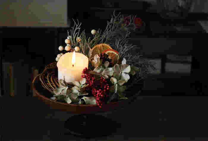 リースだけでなく、100均の造花を使えば、上記のリースと同じような材料で、簡単なクリスマスの飾りも作れます。シックでオシャレなクリスマスの飾りをお部屋にさりげなく置けば、クリスマスパーティーもより盛り上がりそう。