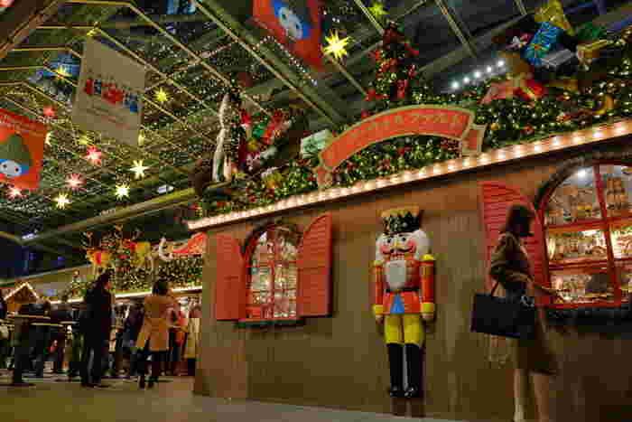 今年も11月25日~12月25日まで、最大級規模のクリスマスマーケットがお目見えする予定。本場ドイツの雰囲気満点のマーケットで、お腹も心も満たしましょう。