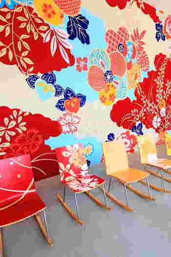 ■ 市民ギャラリー 2004.10.09 -2005.03.21  美術館の休憩コーナーの壁一面を埋め尽くす、花模様のアート作品。アーティストのマイケル・リンは、金沢に滞在して工房を訪ね加賀友禅の歴史や手法を調査して、この作品の構想を練りました。