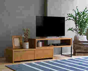 幅が変えられるTVボードはどんなお部屋に合わせられる便利なデザイン。ちょっとしたお気に入りのアイテムを飾るスペースも作れるのはうれしいポイント。