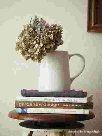 ドライフラワー×花瓶の定番の飾り方。大きめの紫陽花は1本だけで十分存在感がありますね。数種類のドライフラワーをざっくりと飾っても◎