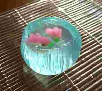 京都鞍馬口にあるこちらの和菓子屋さんは、「金魚鉢」という名のキュートな夏の生菓子が大人気のお店です。寒天でできた金魚鉢の中で立体的な金魚が泳いでいます。つぶらな瞳まで再現されており、いろいろな角度で眺めてみたくなりますね。