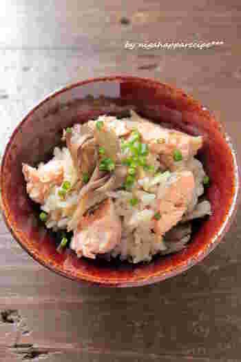 香り高いマイタケは、炊き込みご飯にして香りを楽しみたいですね。 塩をふった鮭とマイタケをグリルして調味料と一緒に炊飯器に入れるだけ。生姜の風味がアクセントの炊き込みご飯です。