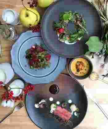 お皿の上は、まるで絵画のよう!生き生きとしてカラフルな料理は、素材のそのままの色で彩られていることに驚きます。盛り付けもアートのような美しさ。