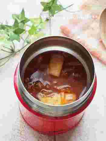 残ったシチューは、スープジャーに入れてお弁当にするのもおすすめ。シチューは必ず朝に再加熱し、スープジャーを温めてお湯を捨ててからシチューを入れましょう。