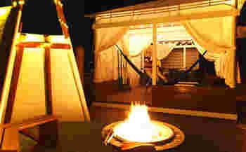 遊牧民の移動式住居「ヤーツ」をテーマにしたスペシャルテント「ジェリーフィッシュ」は、天幕越しの光が水面に浮かぶさまが、夕闇の中でジェリーフィッシュ(クラゲ)のように見えることからこの愛称がつきました。自然そのままの心地良さと優雅さを兼ね備えたサイトには、カヌーやハンモックはもちろん、ファイヤープレイスが備え付けられていて、夜のひとときを楽しめます。