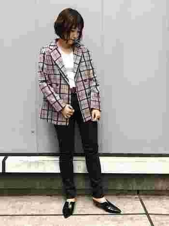 こちらもクラシカルなチェックジャケットに、黒スキニーを組み合わせた季節感あふれる素敵なコーディネートです。足元はパンプスを合わせて、女性らしくキレイめな印象に。色数を抑えたシンプルで上品な着こなしがおしゃれですね。