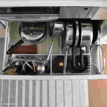 こちらはコンロ下のフライパンや鍋の収納例です。プラカゴやツールスタンドを組み合わせて、どのアイテムも楽に取り出せる仕組みになっています。火を使うコンロまわりは特に、効率のよい動線を考えるのがベストです。