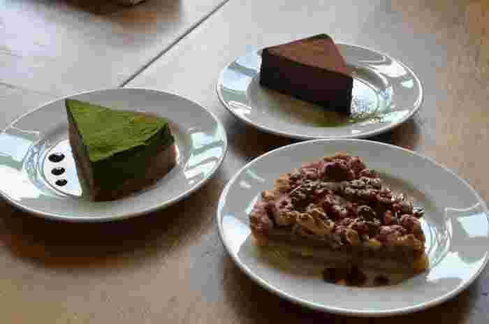 豆腐を使ったケーキは、ヘルシーでお腹いっぱい食べられます。くるみのタルトも余計な甘さがなくおいしい♪シャワーやロッカーがあり、マラソンランナーの方も多く利用されるお店です。