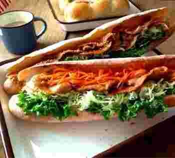 サンドイッチ用のパンよりも少し硬めな食感だから食べごたえ十分。 野菜とお肉をいっぱい敷き詰めればボリューム満点に♪