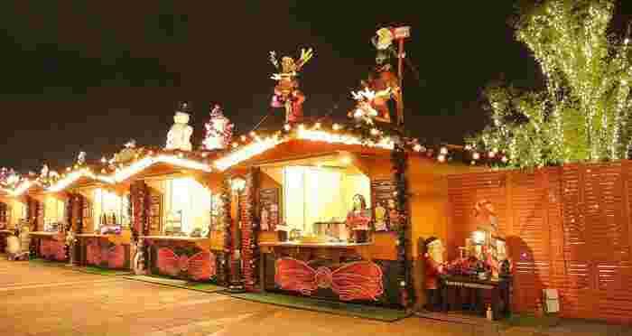 スカイアリーナでは、本場ドイツのクリスマスマーケットと同じように、ヒュッテと呼ばれる屋台が立ち並びます。ヒュッテでは、グリューワイン、シュトーレン、ソーゼージといったクリスマスの時期にドイツの家庭で食べられる料理が売られています。