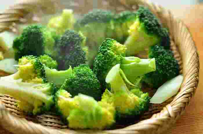お弁当の彩りに欠かせない「ブロッコリー」は、硬めに塩ゆでしておくと便利。ゆでた後、水につけずに冷ますと水っぽくなりません。ゴマ和えにしたりベーコンと炒めたりとバリエーションも広がる常備野菜です。