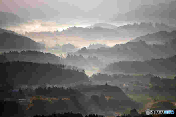鹿野山東峰となる白鳥峰には、鹿野山九十九谷展望公園が広がっています。ここからは、高宕山といった上総丘陵がつづらに重なる山々を一望することができます。立ち込める雲、雲の間から射し込む光芒、幾重にも折り重なる山容が織りなす素晴らしい景観は幻想的で深山幽谷とした雰囲気を醸し出しています。