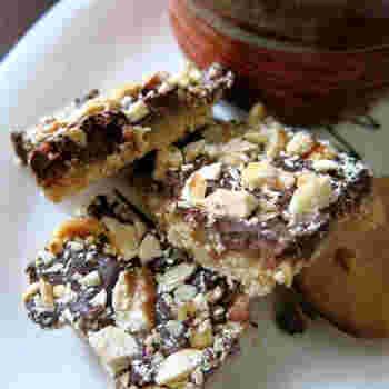 本場アメリカのトフィーを、作りやすいようにアレンジしたレシピです。クッキーを砕いてベースにしてタフィーをかけ、チョコやナッツをトッピング。クリスマスらしいちょっと豪華な仕上がりになります。