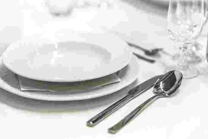 ディナープレートとは、レストランでテーブルにつくときに、すでにセッティングされている大きなお皿のこと。ディナープレートの上に料理の皿を置く場合と、あくまでもインテリアとして楽しんですぐにさげる場合があります。このお皿があると雰囲気が違います♪