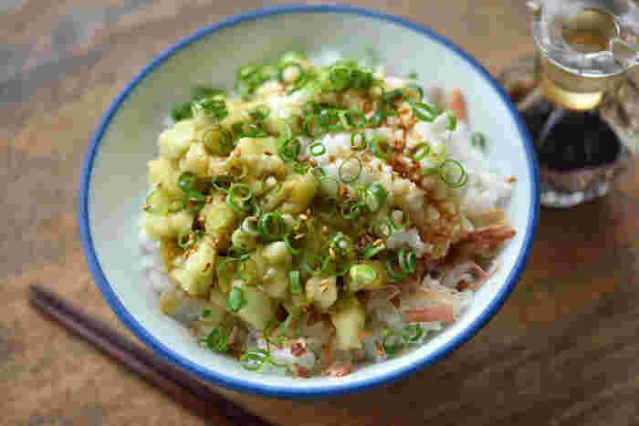 包丁でたたいた長芋となすをごはんにのせただけの簡単丼レシピ。長芋もなすもトロトロな食感なので、ごはんによく馴染みます。薬味のねぎとかつお、ごまの風味で美味しさがプラスされて、食欲がない時でもたくさん食べられそうです。