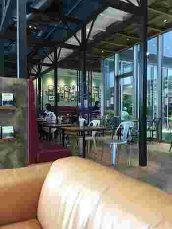 大きな窓から中庭が見渡せる店内。ソファとテーブル席があり、ゆったりとくつろぐことができます。