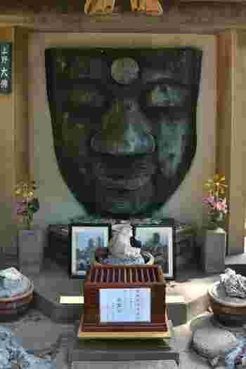 1631年に戦死者を慰霊するために寄進された「上野大仏」。建立時には、高さ約6メートルの釈迦如来坐像でしたが、度重なる地震などにより倒壊し、現在はお顔だけが残っているんです。400年近くも上野を見守ってくれている大仏さまのやさしい顔に心が洗われますね。