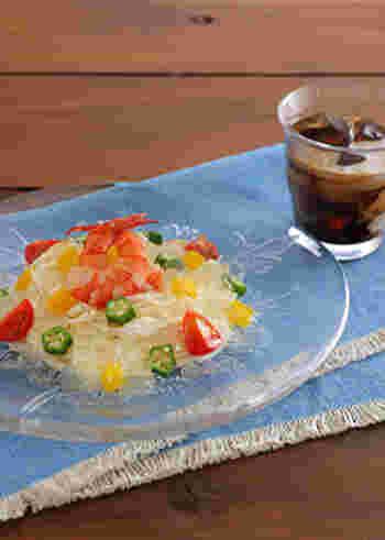 爽やかなレモンジュレでいただく新感覚そうめん。海老と夏野菜をマリネにして、レモンのジュレソースをかけていただきます。ガラスの器に盛りつければ見た目にも涼やかですね。