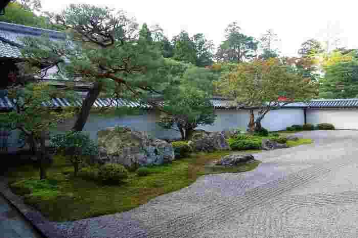 """大方丈の南面の「方丈庭園」は、江戸初期の禅院式枯山水庭園を代表するもので、金地院の庭園と同じ小堀遠州作と伝わります。敷き詰められた白砂に配置された庭石を、虎の親子の姿になぞらえて、""""虎の子渡しの庭""""とも呼ばれています。冴え冴えとした白砂と苔の緑、庭石の配置が、実に見事。心身ともに洗われるような素晴らしい庭園です。"""
