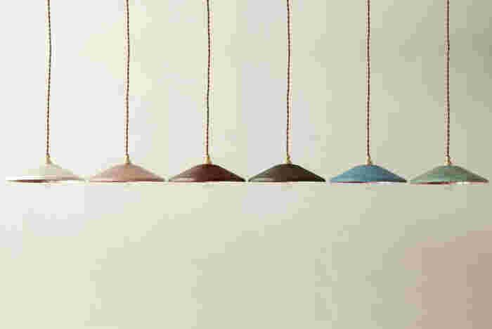 レトロで可愛い色合いが、見ているだけで心踊るライト。江戸時代から続く技術で、複雑な色が生み出されます。一つとして同じ模様は出ない、それぞれが一点もののライトなのです。写真は直径25cmのワイドタイプ。