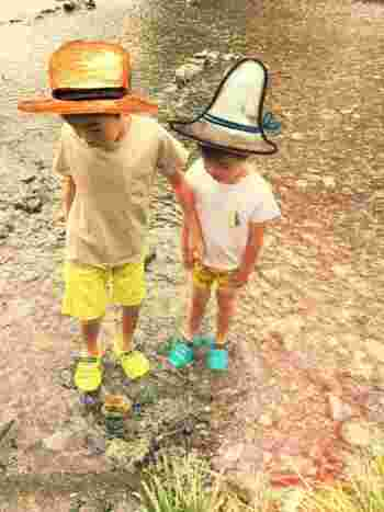 岩などで足を傷つけたり滑らないように、しっかりしたつくりのキャニオンサンダルで水遊び。パッキリした色合いも可愛いですね♪