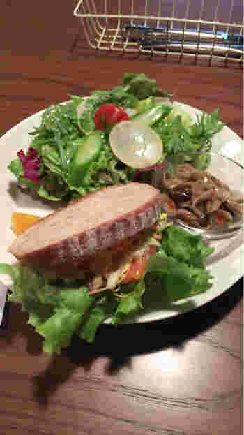 ランチメニューはワンプレートで、サンドイッチやサラダが載っています。新鮮な野菜がたっぷり食べられて、見た目も栄養バランスもばっちりです!1日10食限定なので、早めの来店や予約をおすすめします。