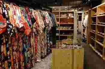 粋な女性のイメージといえば、和服。浅草駅近くには、着付けまで行ってくれるレンタルショップがあるので、せっかくなら着物や浴衣を着て下町を粋に練り歩いてみませんか?「LaVASARA CAFE&GRILL(ラバサラ カフェアンドグリル)」では、現代的なモダン柄や古典的な柄まで、1万着以上が揃っています。