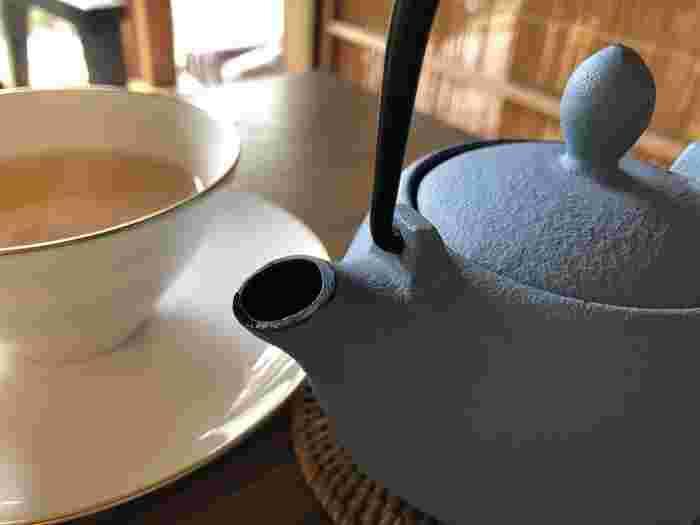疲れた心と体をリフレッシュさせてくれる南部鉄器のポットで淹れた香り高い紅茶。シンプルで上品なカップも大人な雰囲気です。