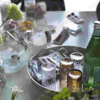 毎日の食卓はもちろん、ホームパーティーのときは、テーブルの上にお客さん用のグラスなどをお盆にきちんと並べて乗せてスタンバイさせておけば、何気ないのにこんなに素敵な風景に♪