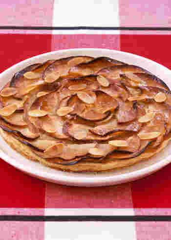 パイ生地を使えば簡単スイーツピザ?!の完成です。パイ生地を丸く切り、薄くスライスしたりんごを少しずらしながら丸くならべ、オーブンに入れるだけです。出来たてにアイスクリームをのせればとろーり甘いハーモニーです。