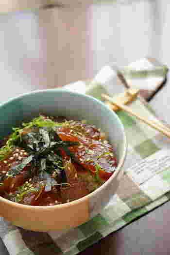 味がしみた漬け丼は、お刺身とはまた違った美味しさがあります。つゆがしみ込んだご飯もまた絶品。火を使わず、あっという間にできます。