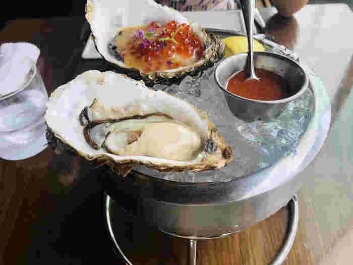 新鮮なシーフードをランチでいただけるのも魅力のひとつ。大きくてミルキーなオイスターと、北海道産のイクラに沖縄のシークワーサーで作ったポン酢をかけたこちらも人気。美味しい食事と上質な時間を過ごしたい方にぴったりなお店です。