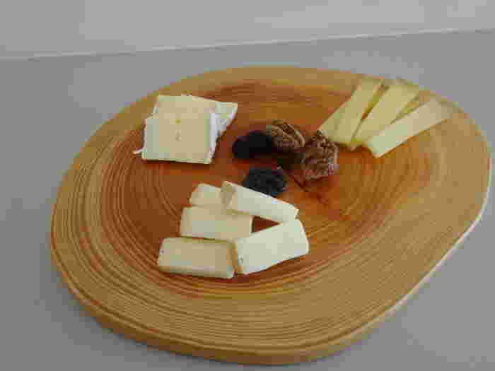 熟成させるときに、表面に塩水やアルコールなどを定期的に吹き付けることから「ウォッシュチーズ」と呼ばれています。代表的なものにエポワス、マンステール、ポン・レベック、タレジョなどがあります。