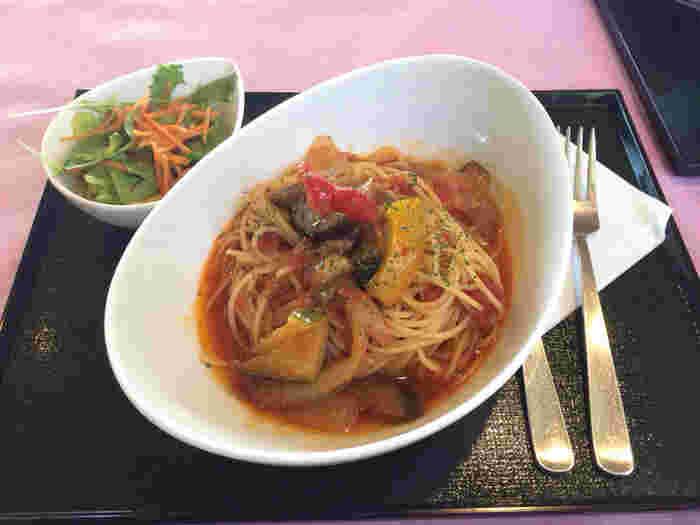 野菜たっぷりなトマトソースのお寺のパスタ。さっぱり系ですが野菜の甘みが濃厚です。その他にも、冷やし長谷うどんや、ひじきごはんなど、お腹が空いていても満足できる満腹メニューもあります。