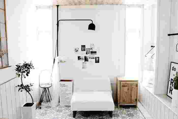 モノクロームのすっきりとした空間には、モノクロの写真やポスターで統一感を持たせて、洗練度をあげることで落ち着きのあるスポットが完成します。