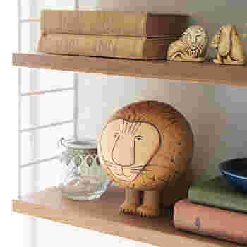 スウェーデン生まれの陶芸家、Lisa Larson(リサ・ラーソン)。彼女の動物モチーフの置物は、どれも愛嬌いっぱいです。こちらのライオンは、まあるい頭に、優しい表情が特徴的。見る人の心をどこかホッとさせてくれるデザインですね♪