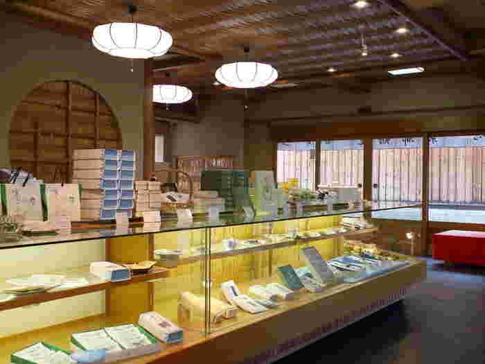 八木邸には「京都鶴屋鶴壽庵」があり、八木邸の見学(有料)をすると。こちらで抹茶と屯所餅をいただくことができます。 見学にはガイドもあるため、新選組のことを詳しく知らない方でも安心して訪れることができますよ。