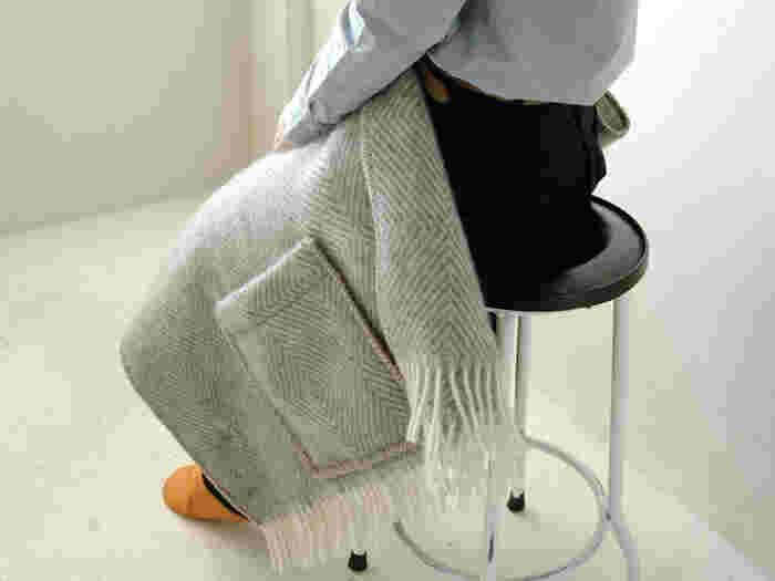 ブランケットのようにひざ掛けとしても使えます。ほどよい厚みなので、しっかりと寒さを防いでくれます。